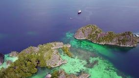 Raja Ampat Archipelago och fartyg flyg- sikt arkivfilmer