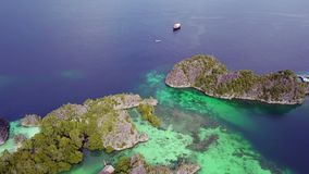 Raja Ampat Archipelago und Boote Schattenbild des kauernden Geschäftsmannes stock footage