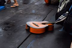 RAJABASA, BANDAR LAMPUNG, ΙΝΔΟΝΗΣΊΑ 3 ΙΟΥΛΊΟΥ 2018: Το καφετί χρώμα κιθάρων ήταν στη βάρκα στο νησί Sebesi, Ινδονησία Στοκ Φωτογραφία