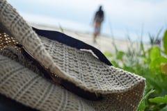 RAJABASA, BANDAR LAMPUNG, INDONÉSIA 3 DE JULHO DE 2018: Telas pretas não identificadas do saco e do chapéu da cintura na costa na Fotografia de Stock