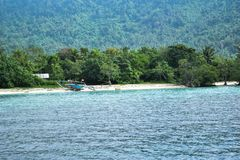 RAJABASA, BANDAR LAMPUNG, INDONESIË 03 JULI, 2018: Niet geïdentificeerde boot op kust in Sebesi-eiland, Indonesië royalty-vrije stock fotografie