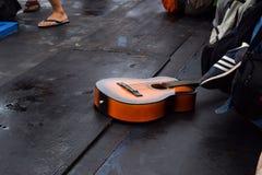 RAJABASA BANDAR LAMPUNG, INDONESIEN JULI 03, 2018: Gitarrbruntfärg var i fartyget i den Sebesi ön, Indonesien Arkivbild