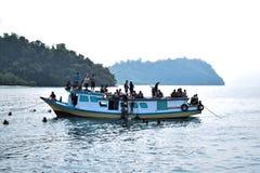 RAJABASA, BANDAR LAMPUNG, INDONEZJA LIPIEC 03, 2018: Niezidentyfikowani członkowie łódź na brzeg w Sebesi wyspie, Indonezja Fotografia Stock