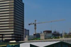 Rajadamri i Bangkok, Thailand: Januari 29, 2017 arbete för konstruktionskran arkivbilder