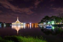 Rajamangala Hall pendant la nuit au parc public photo libre de droits