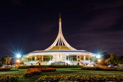 Rajamangala Hall pendant la nuit au parc public image libre de droits