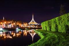 Rajamangala Pasillo en la noche en el parque público foto de archivo