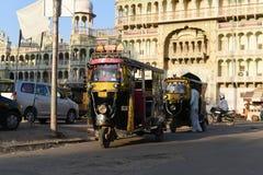 Rajasthán, la India: 3 de octubre de 2015: Tres Wheeler Vehicles o carritos fuera del templo indio de dios de Sati de la deidad e Imagen de archivo