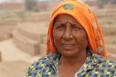 RAJASTHAN, ΙΝΔΙΑ - 16 ΜΑΡΤΊΟΥ 2018: Ινδική γυναίκα που εργάζεται στο εργοστάσιο τούβλου Στοκ εικόνες με δικαίωμα ελεύθερης χρήσης
