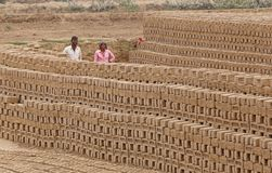 RAJASTHAN, ΙΝΔΙΑ - 16 ΜΑΡΤΊΟΥ 2018: Ινδικοί άνδρας και γυναίκα που εργάζονται στον παράγοντα τούβλου Στοκ εικόνα με δικαίωμα ελεύθερης χρήσης