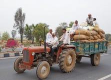 RAJASTHAN, INDIEN - 16. MÄRZ 2018: Traktor mit Fracht und workeres Stockbilder