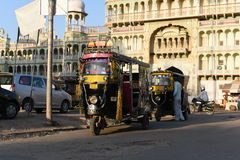 Rajasthan, Índia: 3 de outubro de 2015: Três Wheeler Vehicles ou riquexós fora do templo indiano do deus de Sati da deidade em Ra Imagem de Stock