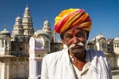 Rajasthani人佩带的traditiona五颜六色的头巾 免版税库存图片