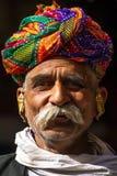 Rajasthani人佩带的traditiona五颜六色的头巾 图库摄影