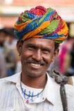 Rajasthani人佩带的traditiona五颜六色的头巾 免版税库存照片