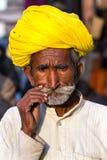 Rajasthani人佩带的traditiona五颜六色的头巾 库存照片