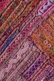 Rajasthani印地安补缀品糊壁花布 免版税库存照片