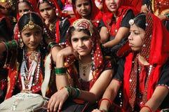 Rajasthani女孩在Pushkar准备跳舞perfomance 免版税图库摄影
