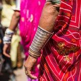 Rajasthani有传统银色镯子的妇女的手 免版税图库摄影