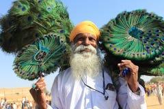 Rajasthani村民卖孔雀羽毛 免版税库存图片