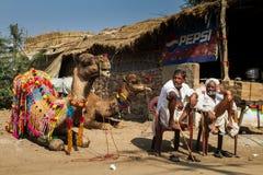 2 Rajasthani укомплектовывают личным составом с верблюдом Стоковые Изображения RF