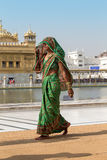 Rajasthani kobieta odwiedza Złotą świątynię w Amritsar, Pundżab, India fotografia stock