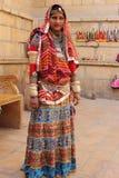 Rajasthani kobieta ubierająca up w tradycyjnym kostiumu Zdjęcie Royalty Free
