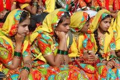Rajasthani Mädchen bereiten vor sich, Leistung in Pushkar Stadt, Indien zu tanzen Stockfotografie