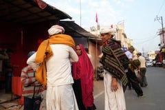 Rajasthani män som bär den traditionella turbanen i den sakrala staden av Pushkar, Indien royaltyfri bild