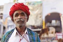 Rajasthani man som bär den traditionella turbanen i Pushkar, Indien royaltyfri fotografi
