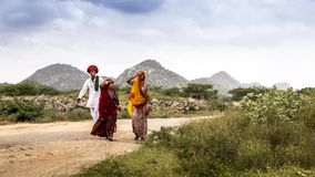 Rajasthanifamilie met de achtergrond van heuvels Royalty-vrije Stock Foto's