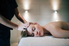 Rajeunir le massage de détente par le masseur Photographie stock