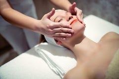 Rajeunir le massage de détente par le masseur Images stock
