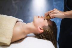 Rajeunir le massage de détente par le masseur Photo libre de droits
