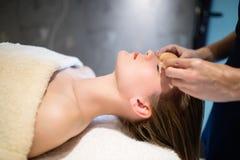 Rajeunir le massage de détente par le masseur Photo stock