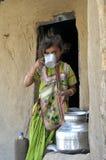 Rajsthani村庄女孩饮用水 库存图片