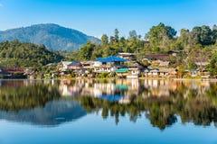 Rak泰国村庄地标图在夜丰颂, T 免版税库存照片