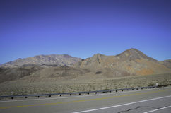 Rak ökenväg Kalifornien Royaltyfria Foton