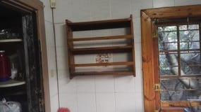 Rak della spezia sulla parete fotografia stock libera da diritti