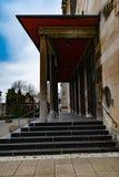 Rak linje sikt till och med den försedd med pelare kyrkliga ingången royaltyfria foton