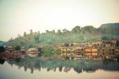 反射在Rak泰国村庄的, Maehongson,泰国池塘 库存照片