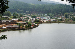 Запретите деревню около озера, китайское поселение Rak тайскую в Pai, Mae Hong Son, Таиланде стоковое изображение