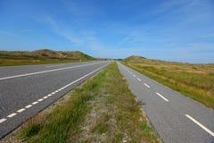 Rak plan vägliggande med en cykellane Fotografering för Bildbyråer