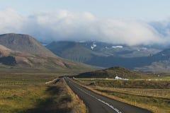 Rak väg för asfalt i den Snaefellsnes halvön Vesturland, Island arkivfoton