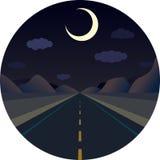 Rak väg för natt framåtriktat i bergen Arkivbilder