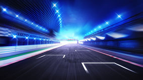 Rak väg för racerbanafullföljande med suddig himmel för afton Royaltyfri Fotografi