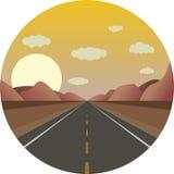 Rak väg framåt på soluppgång i bergen Royaltyfri Bild