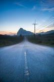 Rak väg i bergen Arkivfoto