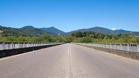 Rak väg till horisonten Ingen trafik, solig dag Arkivbild