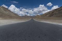 Rak väg till och med bergterräng av Ladakh Royaltyfri Bild